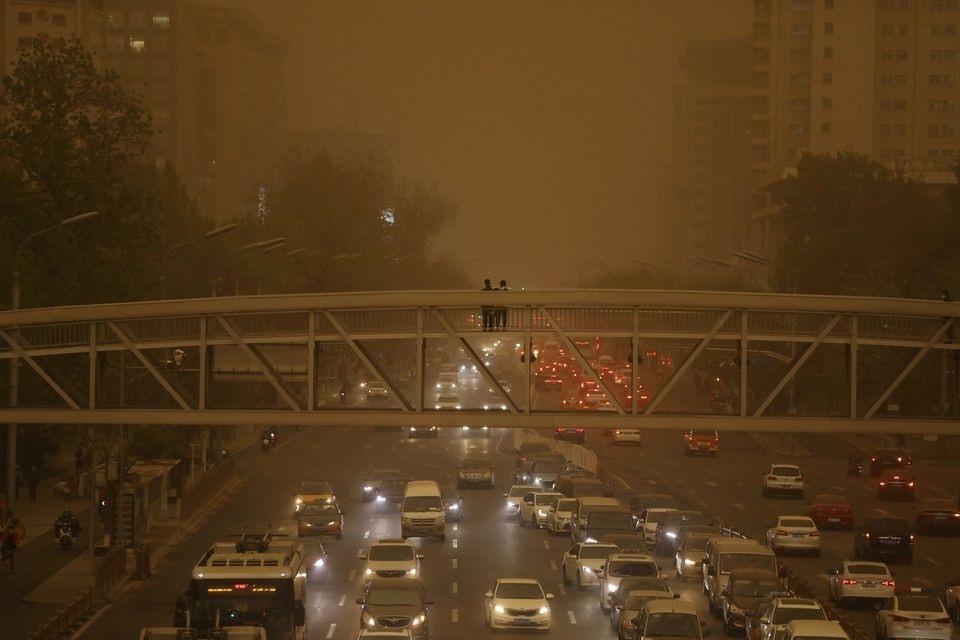 Bão cát lại tấn công khiến bầu trời Bắc Kinh chuyển màu vàng nâu