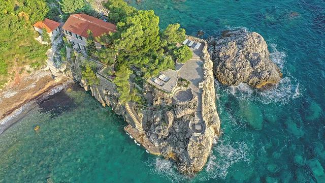 Vẻ đẹp hiếm có của biệt thự cổ bằng đá 700 tuổi trên bán đảo hoang