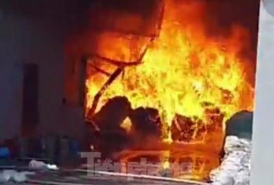Công ty nệm mút ở Bình Dương chìm trong biển lửa