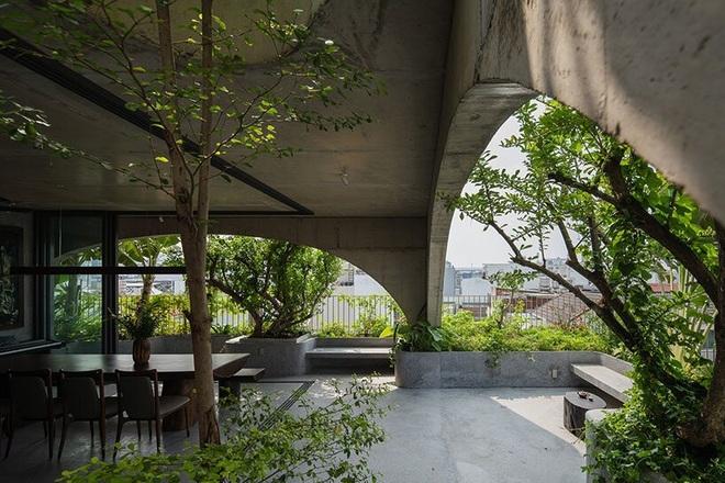 Nhà 6 tầng đẹp như resort giữa phố chợ sầm uất ở Sài Gòn