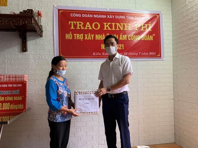 Công đoàn ngành Xây dựng Thái Bình trao hỗ trợ kinh phí xây nhà mái ấm cho đoàn viên có hoàn cảnh khó khăn năm 2021