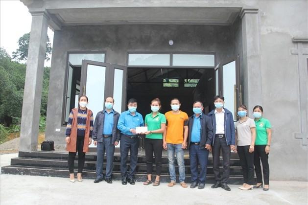 LĐLĐ Yên Bái trao hỗ trợ Mái ấm Công đoàn cho nữ đoàn viên