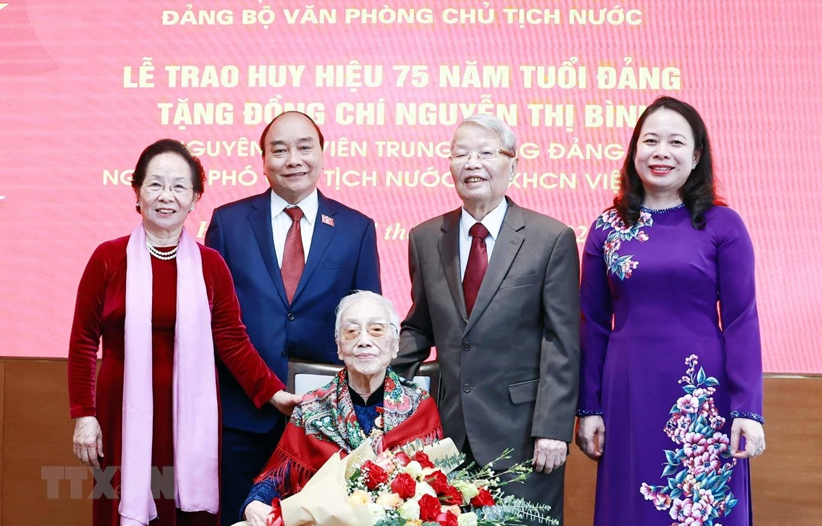 Trao tặng Huy hiệu đảng cho Nguyên Phó Chủ tịch nước Nguyễn Thị Bình