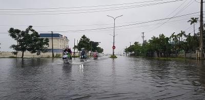 Thừa Thiên - Huế: Mưa liên tục gây sạt lở bờ biển, bờ sông và chia cắt nhiều tuyến đường