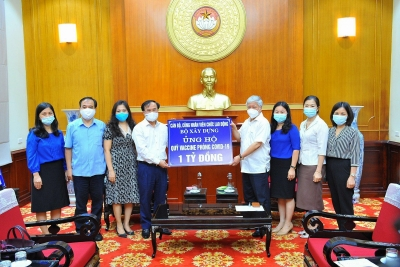 Officials, employees of Ministry of Construction donate VND 1 billion to Vaccine Fund for Covid-19 prevention
