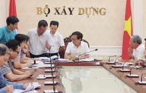 Deputy Minister Nguyen Dinh Toan works with Hanoi Architecture University