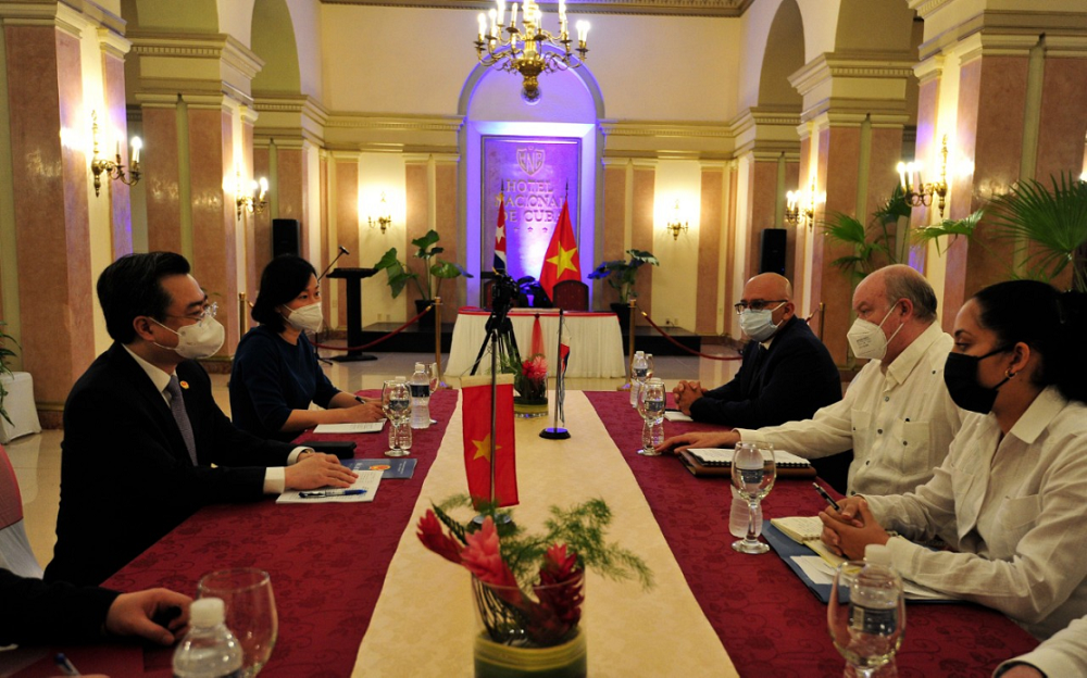 Talks between Vietnamese Minister of Construction and Cuban Minister of Foreign Trade and Investment
