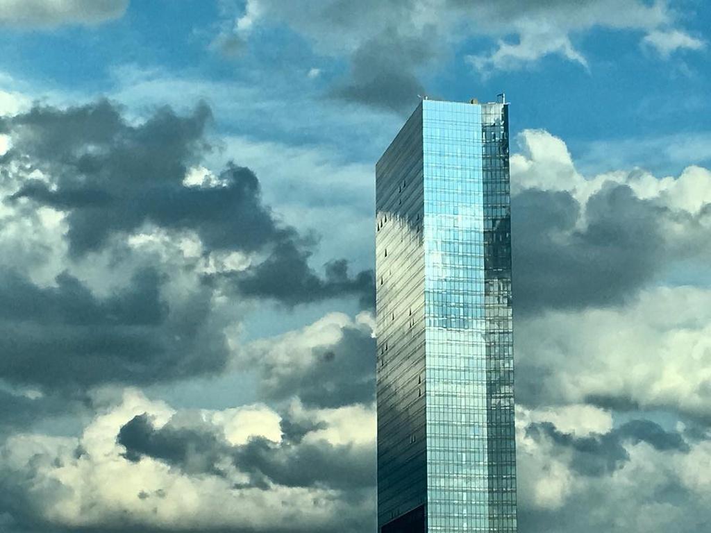 Tòa nhà 47 tầng thiết kế phản chiếu trời mây ở Mỹ