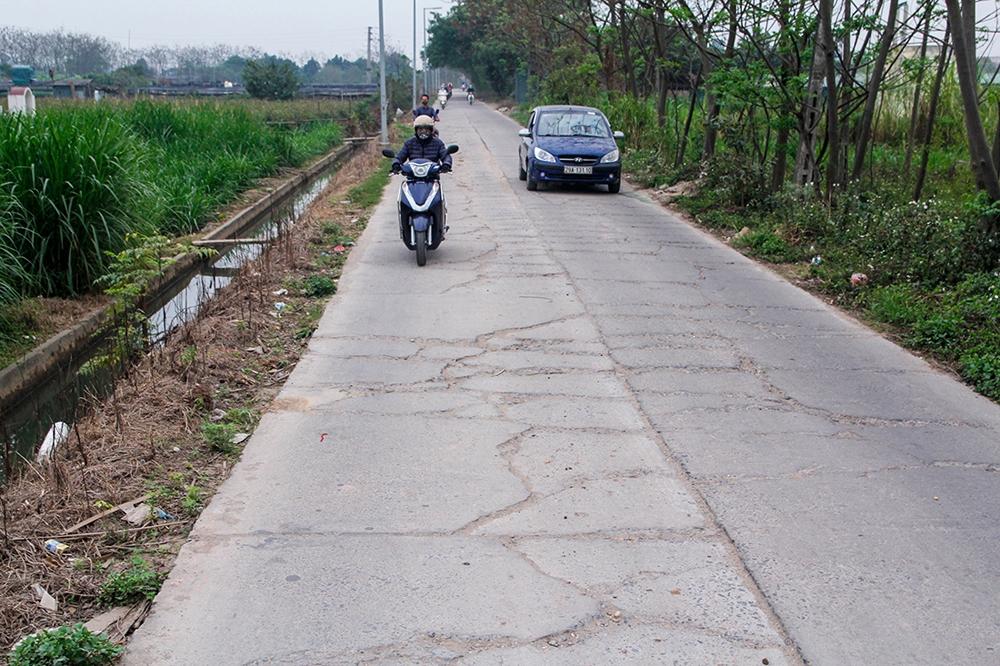 Đan Phượng (Hà Nội): Đường liên xã Tân Hội – Hạ Mỗ bị phá nát, gây nguy hiểm cho người đi đường