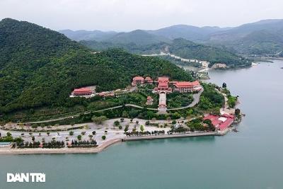 Ngôi chùa lưng tựa núi, mặt hướng vịnh Bái Tử Long độc đáo ở Quảng Ninh