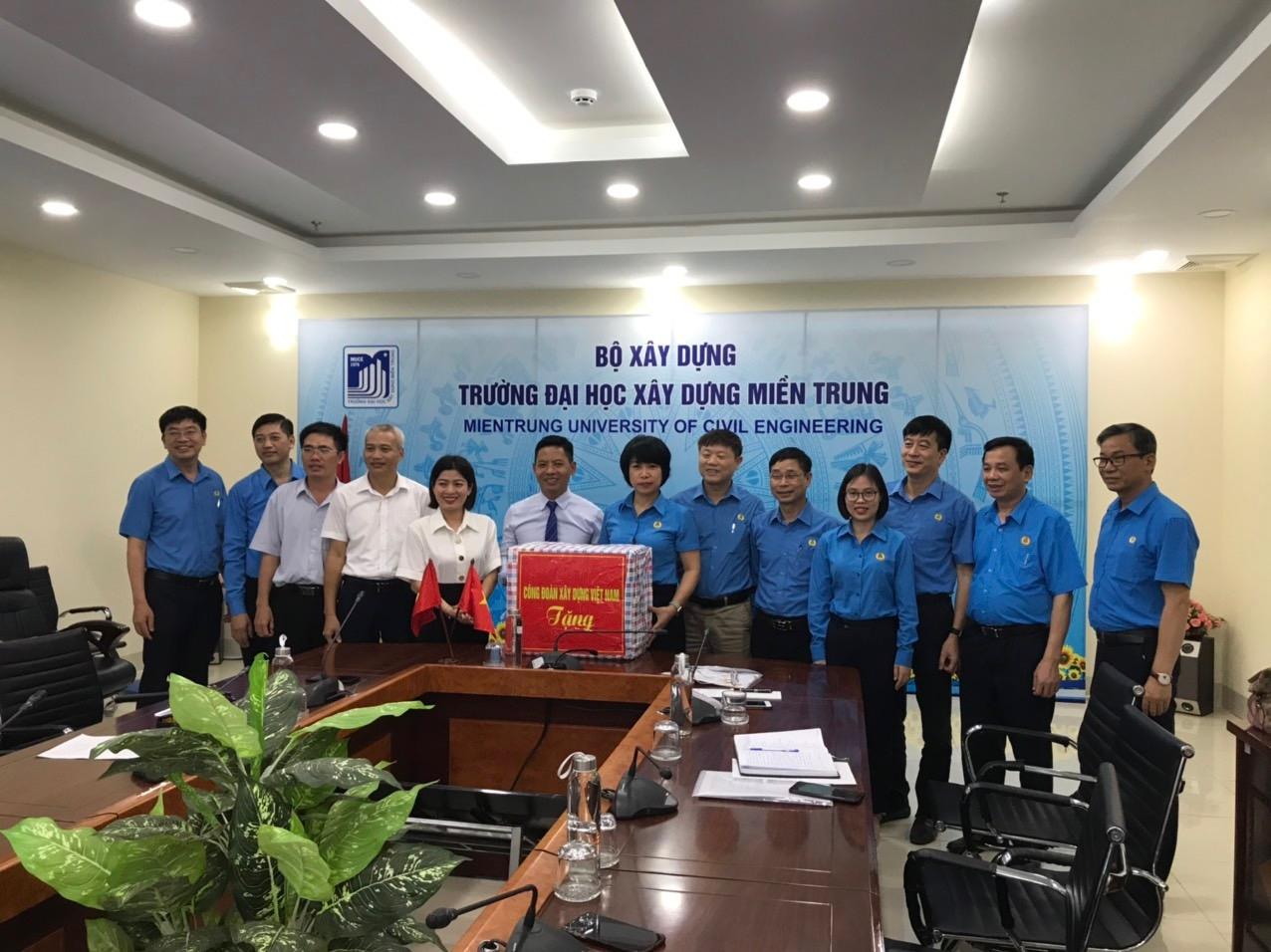 Thăm và tặng quà người lao động các đơn vị trong ngành Xây dựng nhân dịp Tháng Công nhân 2021