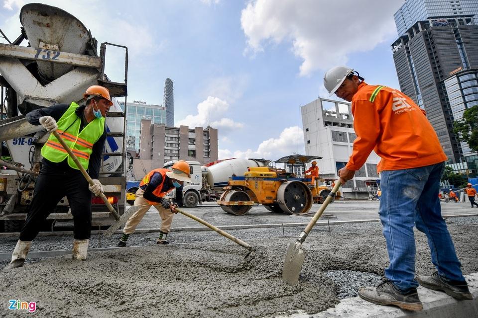 Công nhân gấp rút tái lập mặt bằng đường Lê Lợi