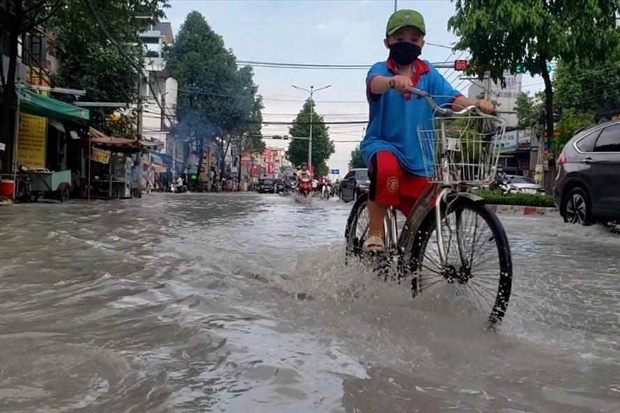 Đồng Nai: Sau cơn mưa lớn, đường TP.Biên Hoà ngập lênh láng như sông
