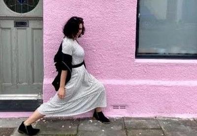 Cô gái gặp nhiều phiền toái khi sơn nhà màu hồng