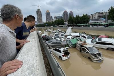 Ôtô bị nước cuốn trong trận lũ ở Trịnh Châu