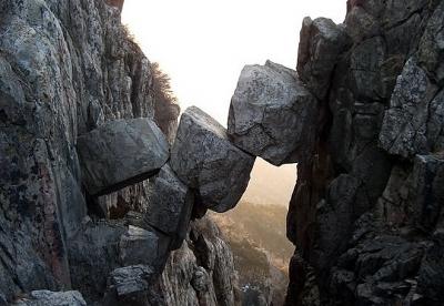 Cây cầu kỳ lạ nhìn như sắp sập nhưng bền vững đã hàng triệu năm