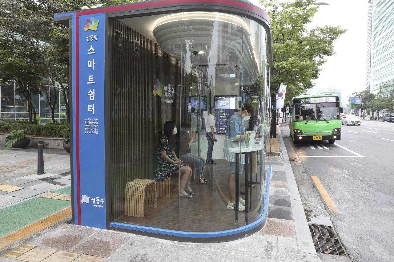 Sáng tạo nhà chờ xe buýt thông minh chống lây nhiễm COVID-19
