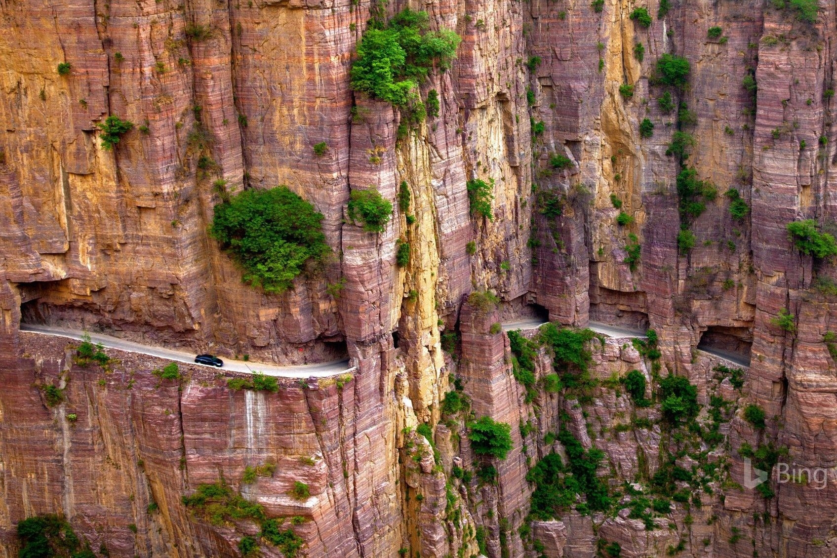Cung đường khoét núi nguy hiểm nhất thế giới