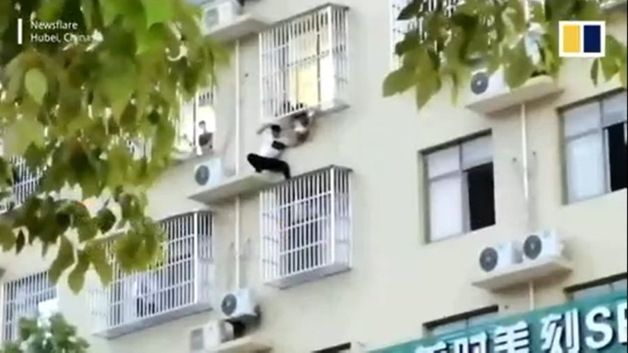Thót tim giải cứu bé gái 2 tuổi kẹt đầu vào khe cửa, lơ lửng trên căn hộ tầng 6