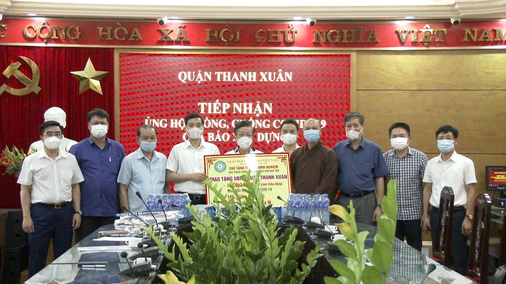 Đoàn công tác báo Xây dựng ủng hộ quận Thanh Xuân 100 triệu đồng chống dịch Covid-19