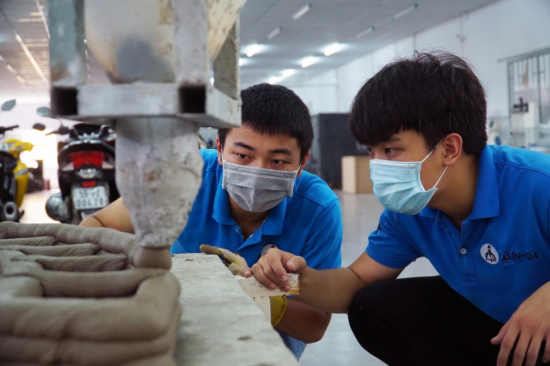 Sinh viên ở TP.HCM chế tạo robot in 3D bê tông để xây nhà