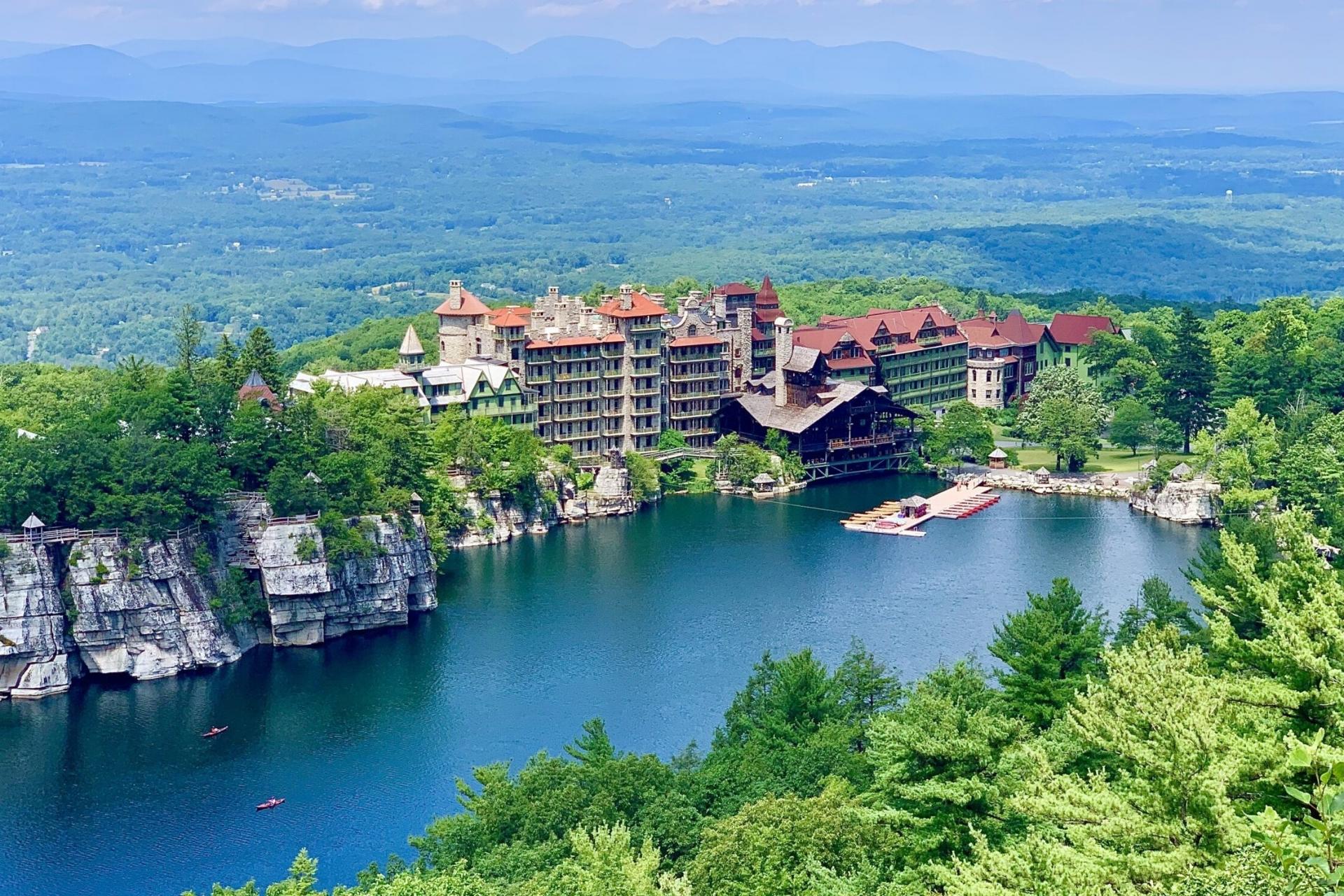 Khách sạn lâu đài hơn 150 năm tuổi nằm giữa rừng
