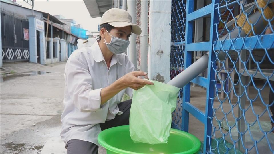 Người dân rơi nước mắt khi nhận gạo từ cây ATM gạo trong dịch COVID-19