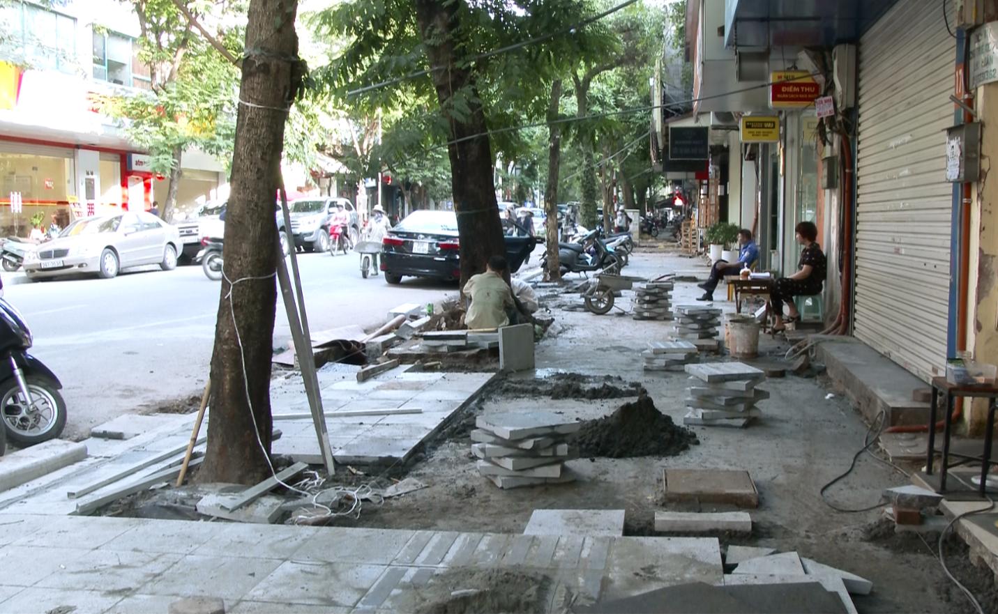 Lát đá vỉa hè Hà Nội: Không biển báo công trình, giấu tên đơn vị thi công