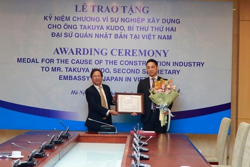 Trao tặng Kỷ niệm chương vì sự nghiệp Xây dựng cho Bí thư thứ hai Đại sứ quán Nhật Bản tại Việt Nam