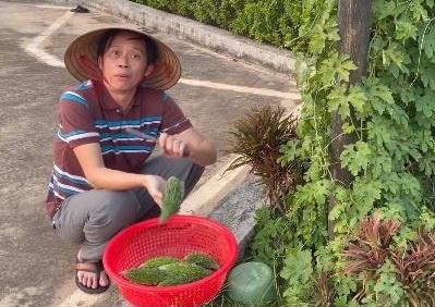 Khi Hoài Linh diễn hài ngay ở sân khấu vườn nhà