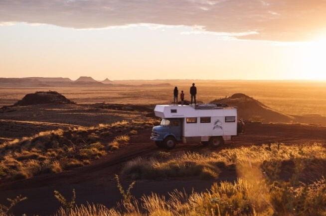 Cặp vợ chồng bán nhà, mua xe tải du lịch vòng quanh thế giới